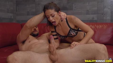 Здоровяк и его любимая шалава для крутого секса