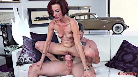 Тощую зрелку крепкий пенис дырявит