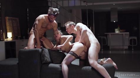 Втроем жарятся - сука и ее  мужики