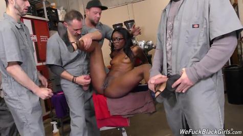 Темнокожая начальница дала рабочим залить ее спермой с ног до головы