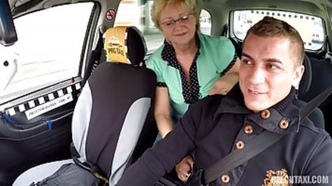 Таксист трахает распутную чешскую бабушку в задней части своей машины