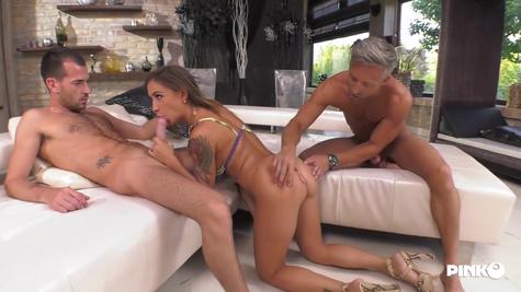 Муж рад посмотреть на трах жены с другим мужиком на диване