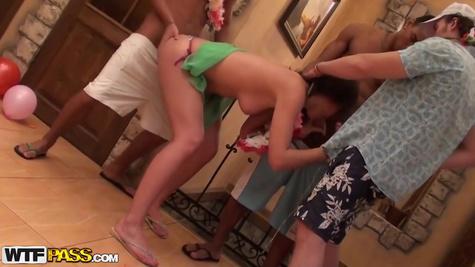 Пикаперы предложили девке устроить двойной трах в гавайском стиле