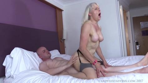 Возбужденная зрелая баба задорно трахается с молодым парнем