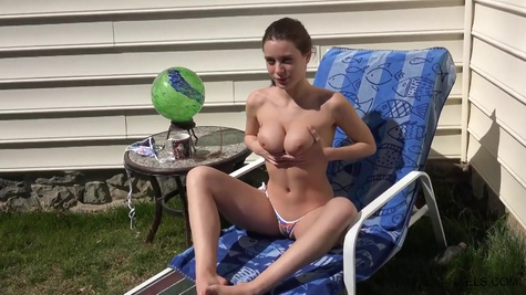 Порно модель Лана Роудс (Lana Rhoades) развратно мастурбирует
