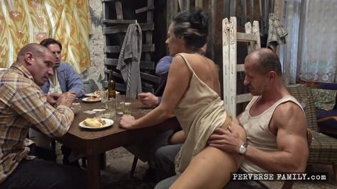 Жена вынуждена трахаться с друзьями мужа после его проигрыша в покер