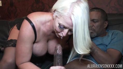 Порно модель Алура Дженсон (Alura Jenson) замутила трах с негром