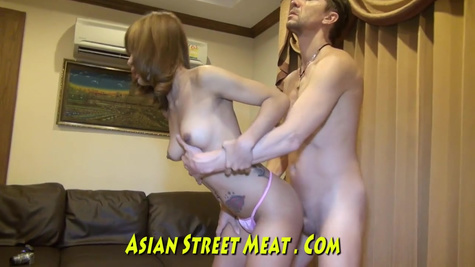 Развратная тайская проститутка разнообразно ублажает своего клиента