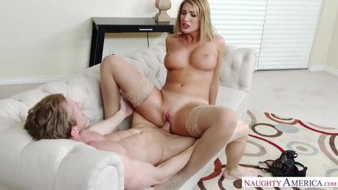 Порно звезда Огаст Эймс (August Ames) жадно отдается на диване