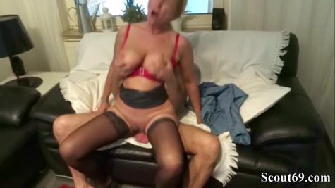 Возбужденная немецкая баба удивила мужика своей похотью