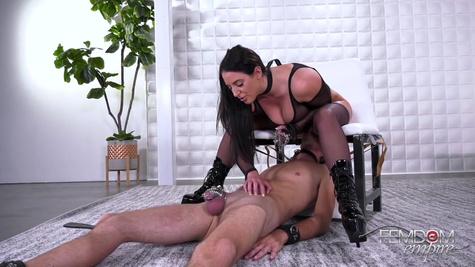 Госпожа заставляет раба лизать ей промежность и мучает член