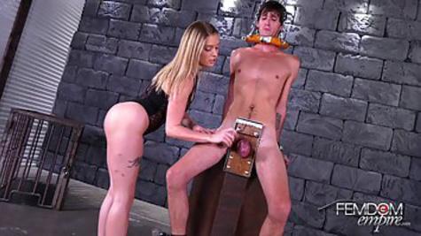 Любительница БДСМ заковывает раба и мастурбирует его стоячий хер