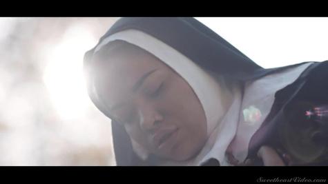 Жизнь в монастыре надоедает двум монахиням и они лижут киски на улице