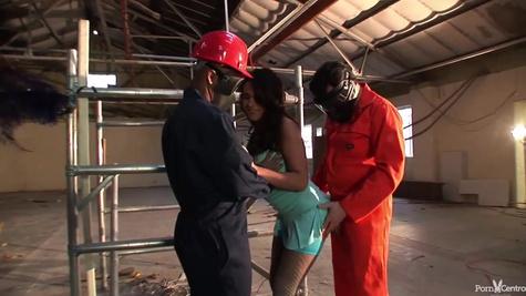 Два работника завода жарят одну телочку в заброшенном помещении