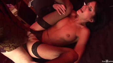 Чел связывает зрелую давалку и жестко жарит её в вагину на кровати
