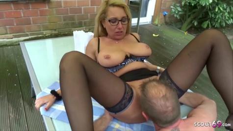 Опытная дама в очках изначально сосет хуй партнера, а потом дает в вагину