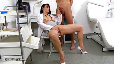 The guy comes to the hospital and fucks a mature doctor during the examination