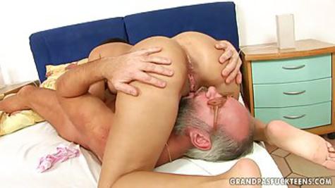 Дед в очках вылизывает киску молодой телочки и трахает её на кровати