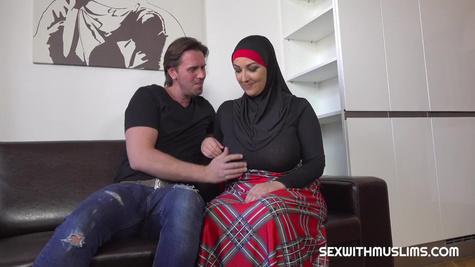 Зрелая мусульманка с большими сиськами соглашается на секс с мужиком