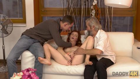 Рыжая телка мастурбирует киску, а дед с молодым парнем её держат