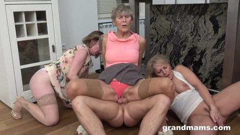 Три старушки набрасываются на молодого парня и чпокаются с ним