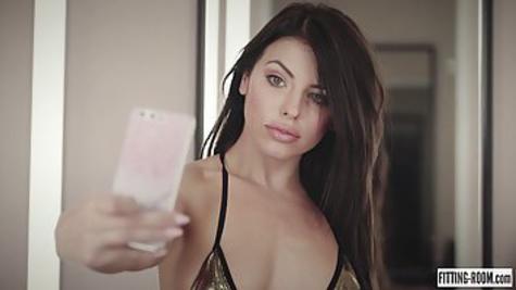 Порно звезда с красивой внешностью примеряет белье и мастурбирует