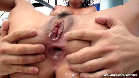 Сурово зрелую суку поимел в рот и анальное отверстие