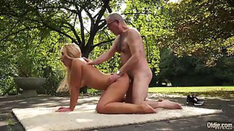 Порно подборке с грудастыми проказницами, которые дают зрелым мужикам
