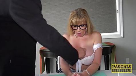 Грудастая женщина в короткой юбочке любит, чтобы её жестко трахали