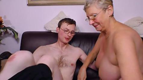Молодой немец предлагает зрелой бабуле в черных чулках заняться сексом