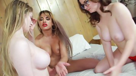 Три зрелые лесбиянки вылизывают друг дружке дырочки и мастурбируют
