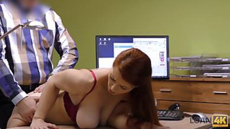 Рыжая мамка с большой грудью приходит на собеседование и дает начальнику