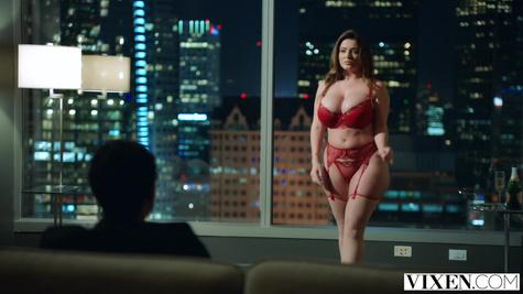 Полноватая красотка в сексуальном белье поднимает пенис любовника
