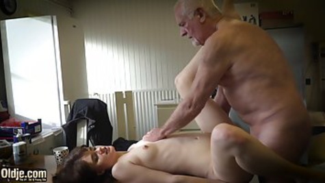 Dick at the grandfather has not stood for a long time, but he climbed a young girl