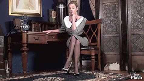 Зрелая женщина снимает строгое платье и мастурбирует пальцами