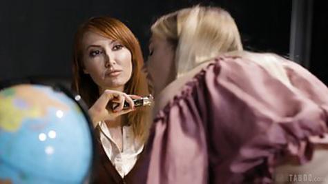 Рыжая преподавательница вылизывает киску совершеннолетней студентки