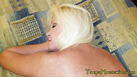 Зрелая блондинка сосет хер и трахается на кровати, вставая раком