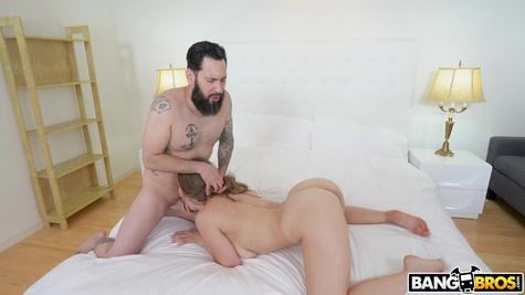 Татуированный бородач овладевает красавицей на кровати и трахает её
