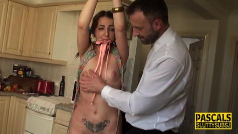 Мужик наказывает телку с маленькой грудью и жестко её чпокает