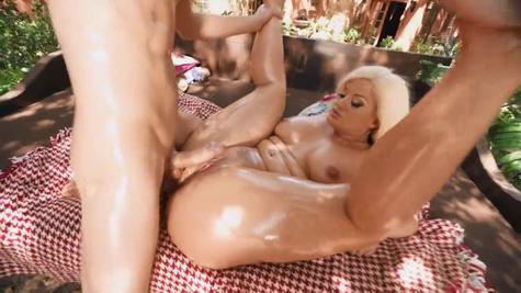 Пацан обливает маслом тело жопастой мамки во время полового акта