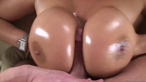 Зрелая сучка сосет пенис и мастурбирует орган большими сиськами