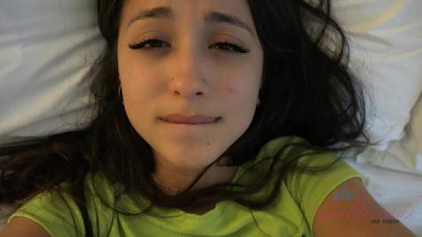 Чел ласкает киску красивой подружки перед половым актом на кровати
