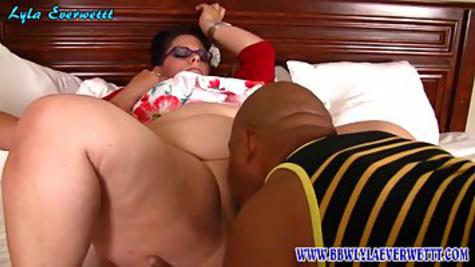 Худой муж смотрит как письку жирной жены вылизывает негр на кровати