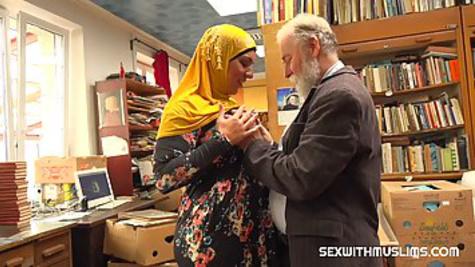 Дед в библиотеке трахает зрелую мусульманку в черных чулочках