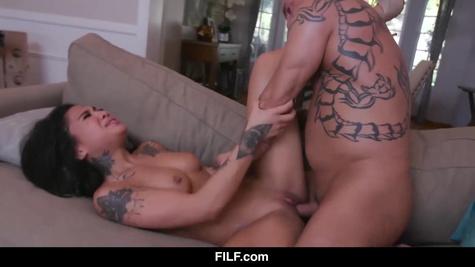 Татуированный мужик заставляет красотку кричать и кончать от секса