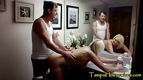 Мужик отводит мамку в ванную во время вечеринки и трахает её