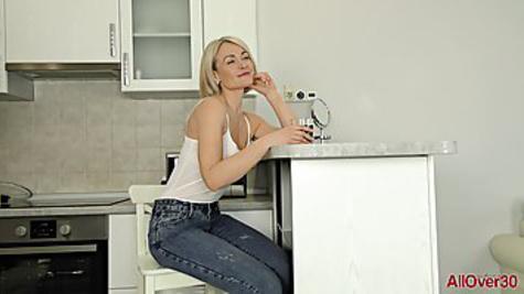 Зрелая блондинка совсем не стесняется и показывает обнаженное тело
