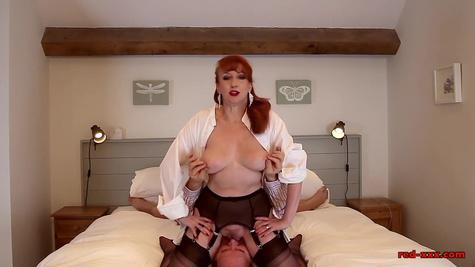 Зрелая жена в чулках садится мужу на лицо перед половым актом