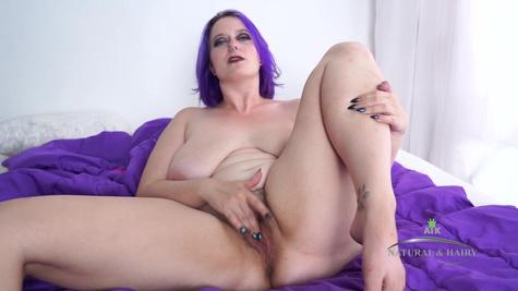 Грудастая дама с фиолетовыми волосами работает пальчиками и кончает