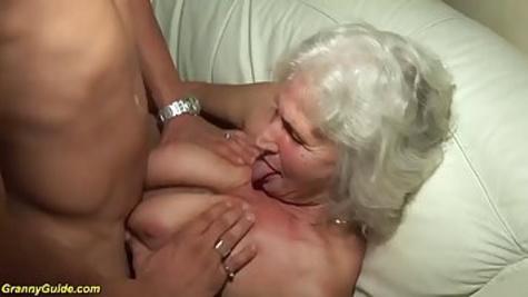 Седая старушка отсасывает пенис паренька и дает ему в пилотку